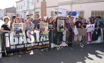 Un centenar de personas se manifestaron en Muro por la abolición de la tauromaquia