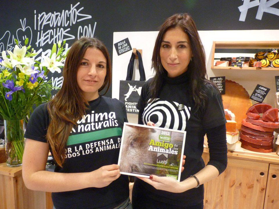 AnimaNaturalis entrega premio a Lush en sus tiendas de España