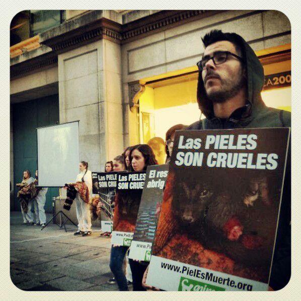 AnimaNaturalis protestó contra las pieles en Barcelona
