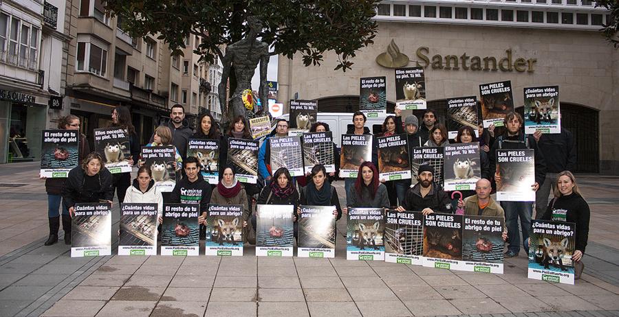 AnimaNaturalis realizó su primera concentración contra las pieles en Vitoria