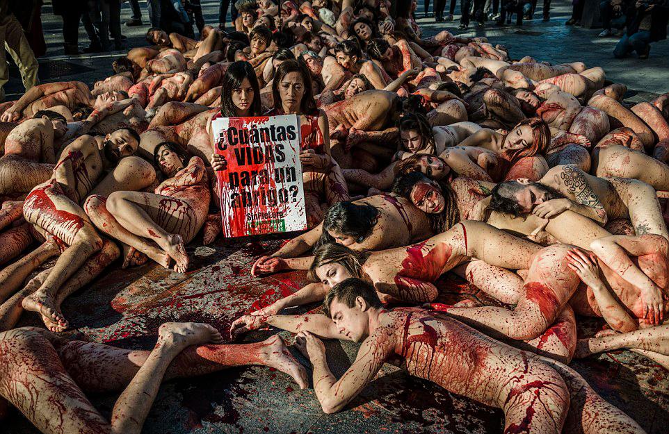 Cien  valientes se ponen en la piel de los animales en Barcelona