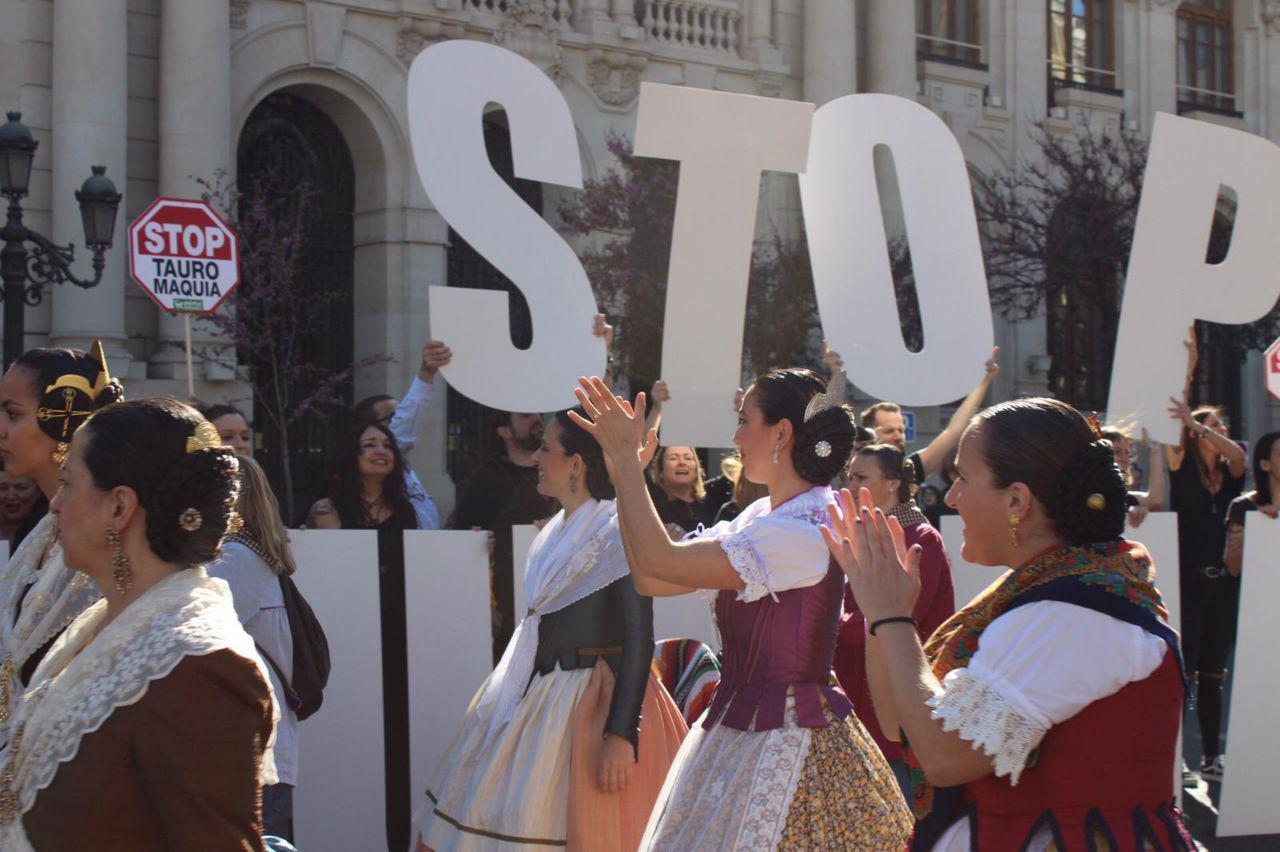 Falleras se unieron a la protesta contra la tauromaquia en Valencia