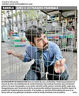 Activista se encierra en una jaula como protesta por la venta de animales