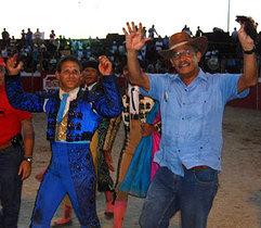 García Carneiro pasea orejas de toro como señal de triunfo de Feria de Vargas
