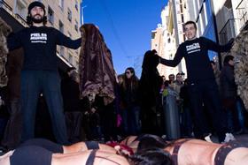 Nueva Flashmob, Apaleadas en mitad de la calle porque llevaban abrigos de piel