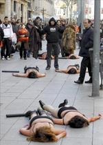 Activistas escenifican una matanza de  animales en protesta contra las pieles