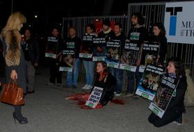 Activistas protestan contra el uso de pieles de animales frente al Museo del Traje