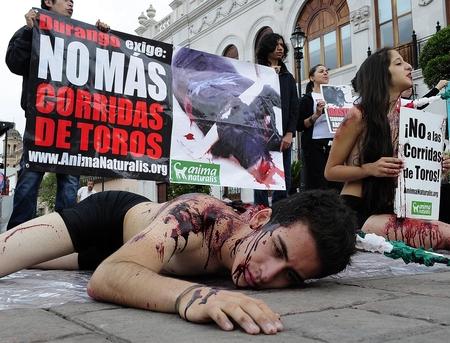 Activistas banderillados protestaron contra la tauromaquia en Durango