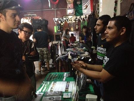 """Mesa informativa de AnimaNaturalis durante """"Lady Fest 2012"""" en Monterrey"""
