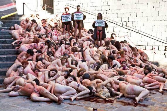 Desnudos y ensangrentados contra las pieles en Barcelona
