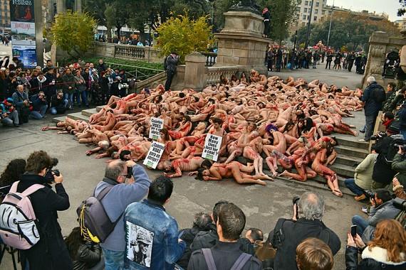 Casi dos centenares de activistas exigen el fin del uso de pieles animales