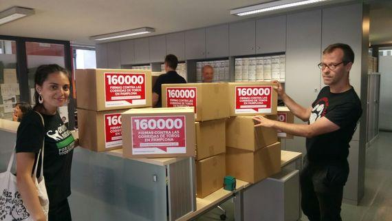 Entregamos más de 160 mil firmas contra las corridas de toros en Pamplona
