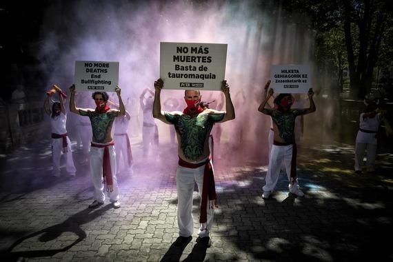 Colorida celebración en Pamplona por la suspensión de los Sanfermines de este año