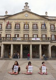 Vitoria protesta contra la industria peletera